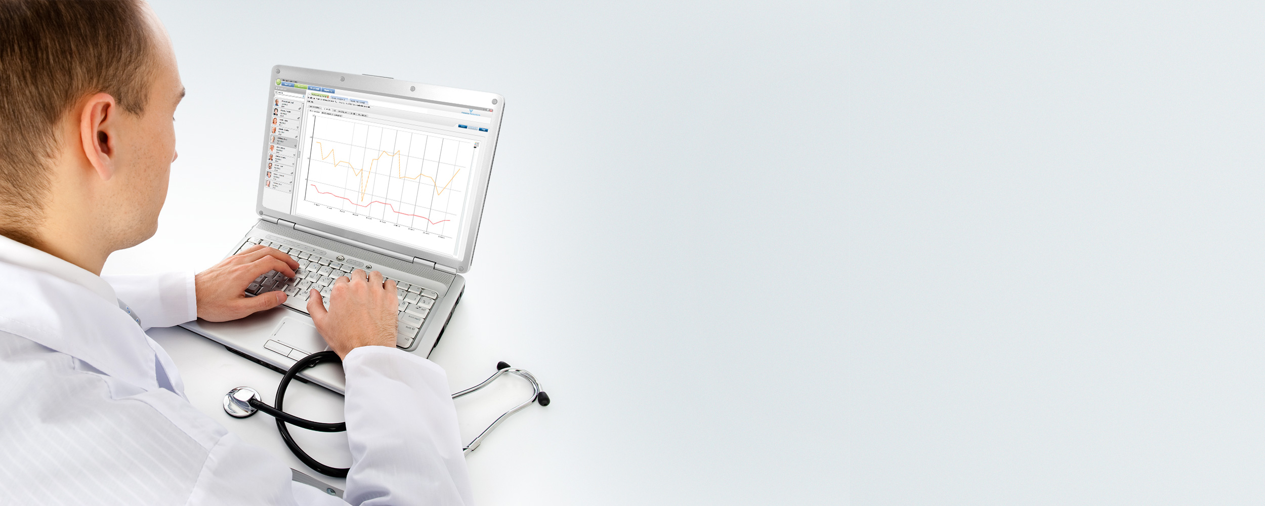 Médico utilizando Therapy Support Suite (TSS) de Fresenius Medical Care